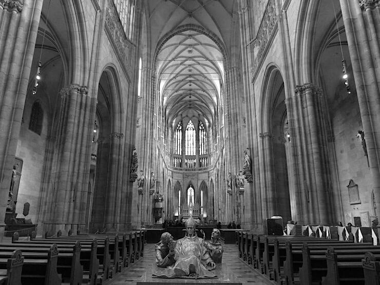 教会内白黒